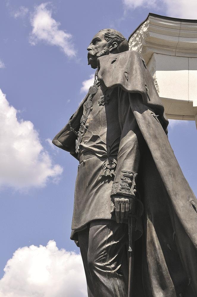 памятник Александру Второму сбоку
