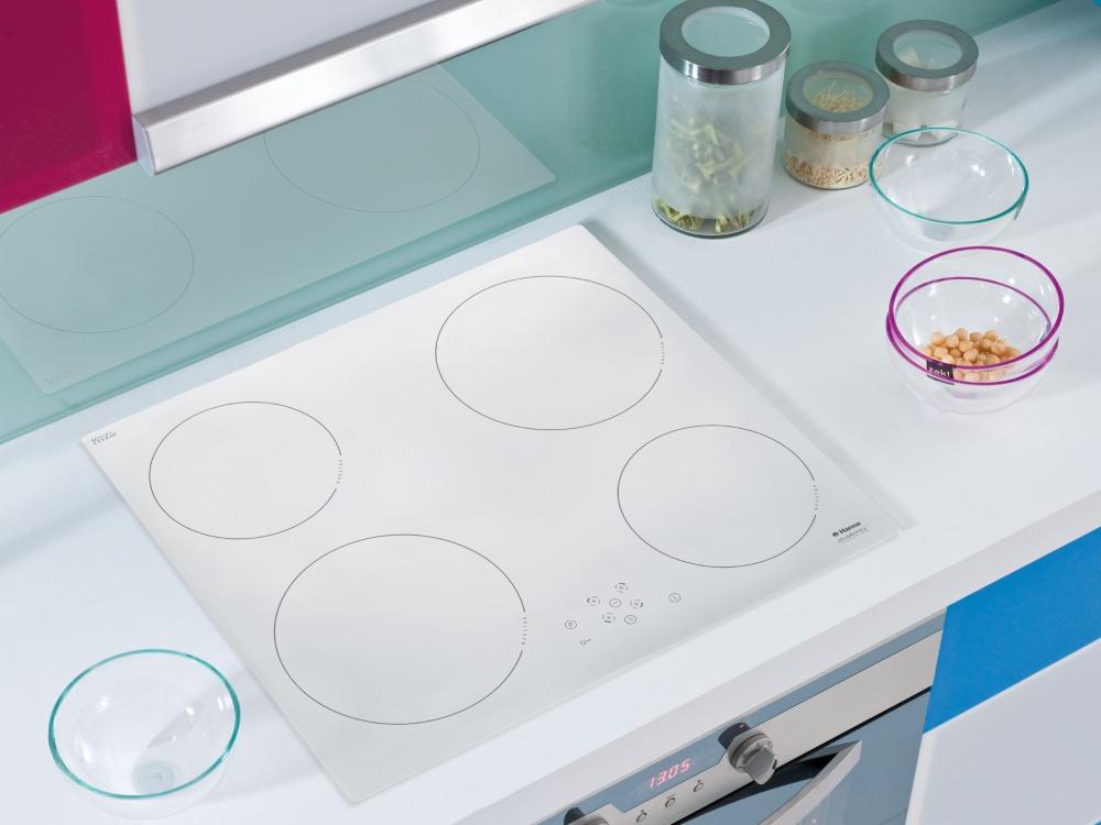 Белая варочная поверхность в интерьере кухни фото