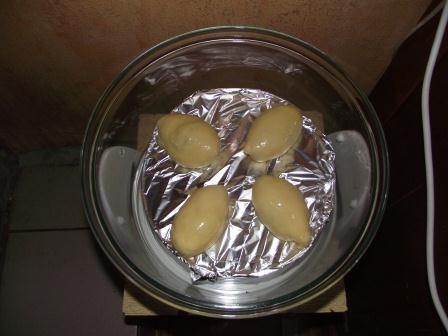 Поднявшиеся пирожки смазываем